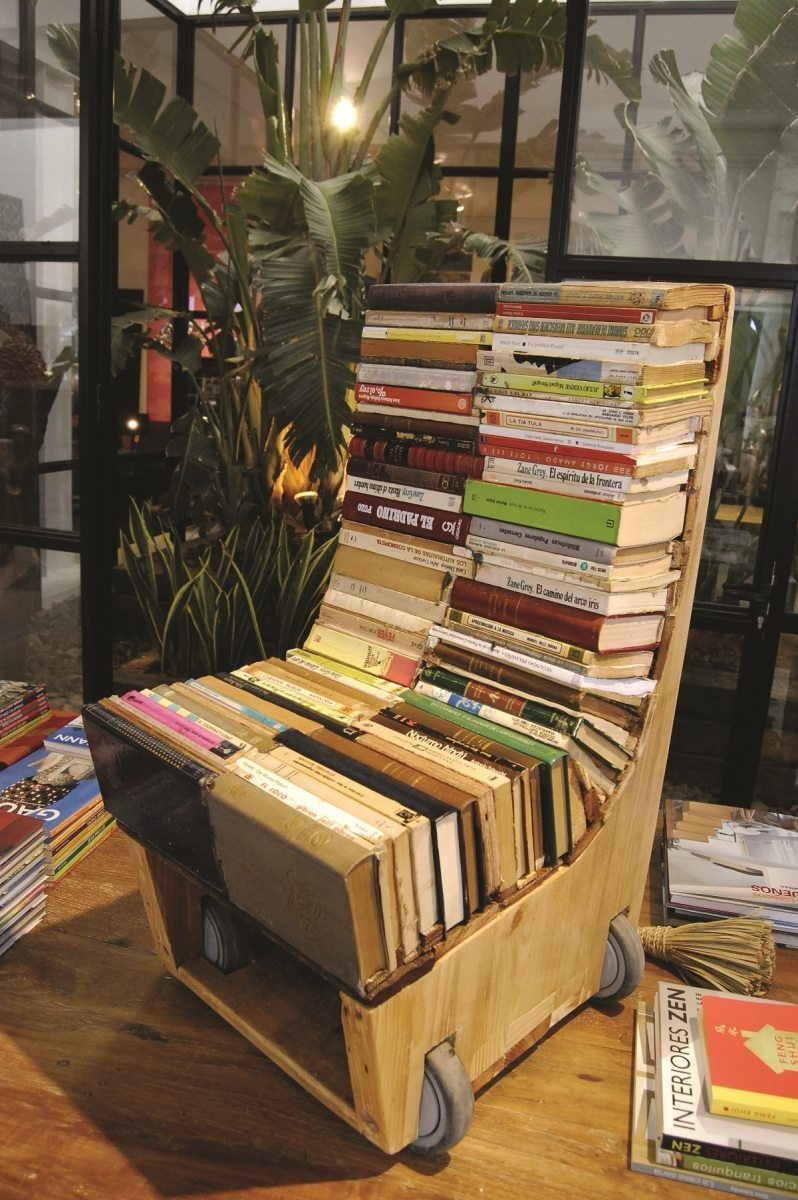 Upcycled chair made with old books - Copyright Alvaro Tamarit Retrash 1