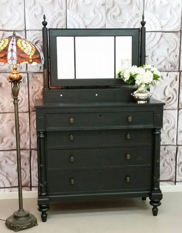 painting furniture with paint with shabby duck